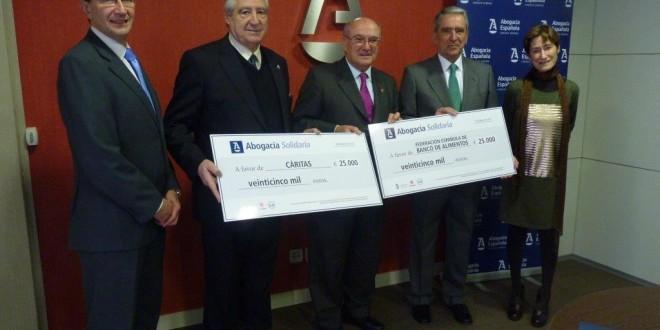La Abogacía Española entrega 50.000 euros a Cáritas y Banco de Alimentos