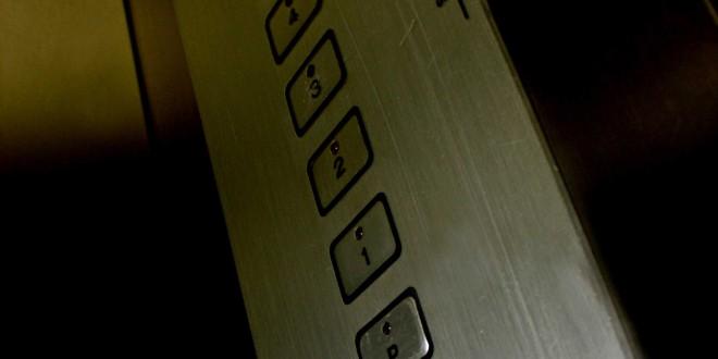 Demanda constitución de servidumbre por comunidad de propietarios. Instalación de ascensor