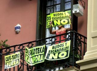 Se pueden colocar carteles en los balcones como protesta por el ruido vecinal