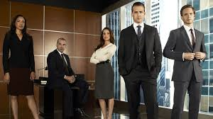 Los principales despachos captan a los mejores abogados jóvenes ofreciendo altos salarios y un posgrado gratuito en prestigiosas universidades