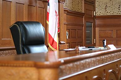 ¿Cuándo puede un abogado renunciar a la defensa de su cliente?