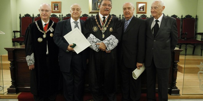 El Colegio de Abogados de Granada homenaje a 67 veteranos de la profesión con los botones de oro y plata