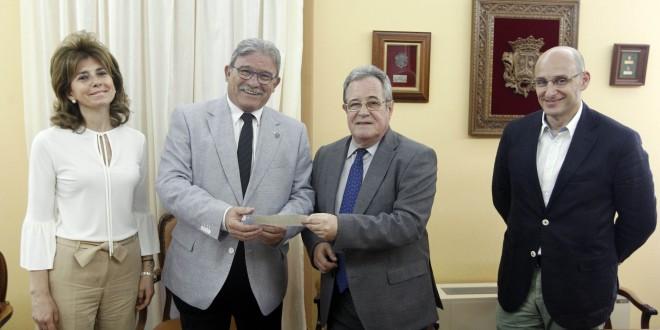 El Colegio de Abogados de Granada entrega a Cruz Roja una ayuda de 3.000 euros para los damnificados por el terremoto de Nepal
