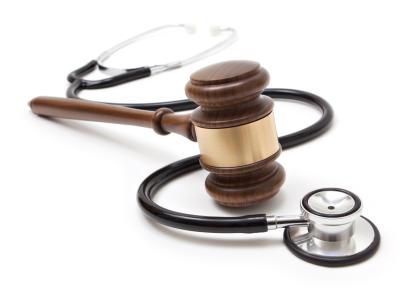 La responsabilidad civil de un médico que realiza una intervención como integrante de un hospital en el que presta servicios prescribe al año