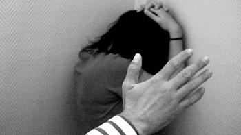 Se considera delito de maltrato dar una bofetada a una hijastra con la que se convive