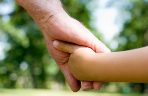 La obligación de pagar la pensión de alimentos a los nietos no incluye gastos extraordinarios