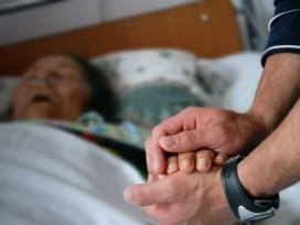 Dos años de prisión por ayudar a su madre enferma a quitarse la vida