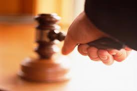 Condena a un magistrado por prevaricación judicial por dictar una resolución injusta para favorecer a un amigo imputado en un procedimiento que tramitaba su juzgado
