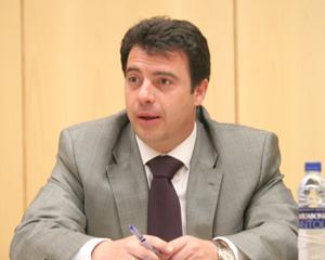 El ministro de justicia impone la Cruz de San Raimundo de Peñafort al profesor del Grado en Derecho del ISDE, el Dr. Ricardo García