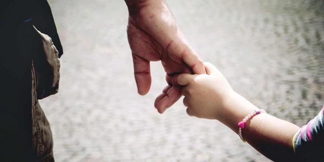 Un padre no puede demandar a su hija para modificar la pensión de alimentos por falta de legitimación pasiva