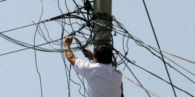 Condenado por un delito de defraudación de suministro eléctrico por engancharse ilegalmente a la luz
