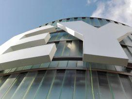 EY instala su logo en Torre Azca, la nueva sede de la Firma en España