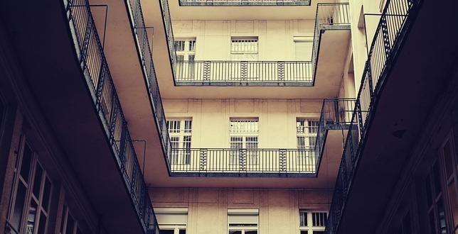 Cárcel por dejar morir a su madre enferma en una vivienda de Sevilla