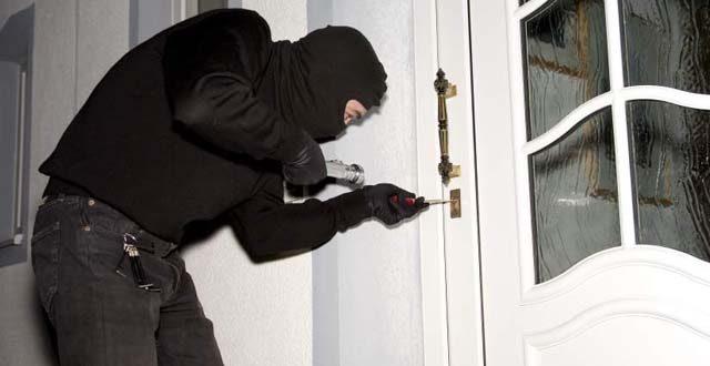 Delito de robo con fuerza en las cosas, en domicilio. Agravante de reincidencia y atenuante de dilaciones indebidas. Sentencia condenatoria