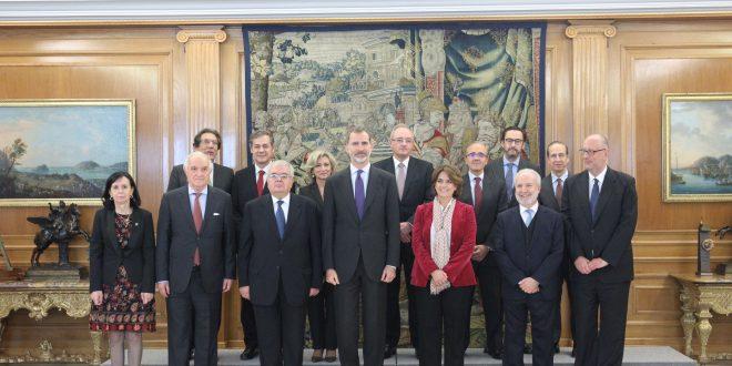 """S. M. El Rey recibe a los autores del libro """"Comentarios a la Constitución española"""""""