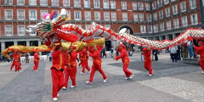 Miles de chinos en Madrid estudian ir al Constitucional porque los bancos bloquean sus cuentas