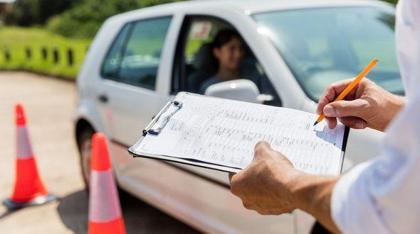 La aprobación de los cambios previstos en la formación y el examen para sacarse el carné de conducir tendrá que esperar