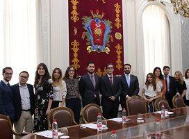 El decano del ICAM se reúne por primera vez con los jóvenes abogados que participarán en el Programa de Mentoring