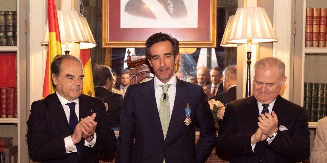 El director general de ISDE, Juan José Sánchez Puig, recibe la cruz oficial de la Orden del Mérito Civil